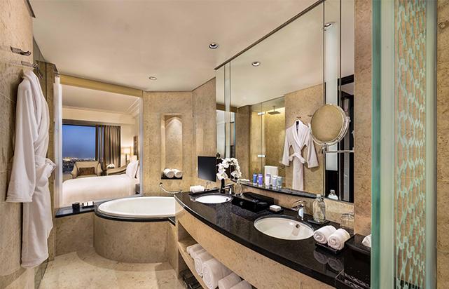 King Deluxe bathroom