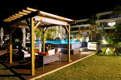 Leora Beach Apartment - Pool area by night